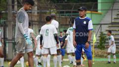 Indosport - Pelatih PSMS Medan, Abdul Rahman Gurning, saat pimpin skuat dalam Official Training di Stadion Teladan, Medan, Selasa (27/8/2019) pagi.