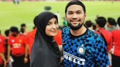 Indosport - Teuku Wisnu bersama istrinya