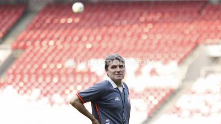 Pelatih Persija, Julio Banuelos saat memimpin timnya berlatih jelang laga Liga 1 melawan PSM Makassar di Stadion GBK Senayan, Jakarta, Selasa (27/08/19). Foto: Herry Ibrahim/INDOSPORT - INDOSPORT