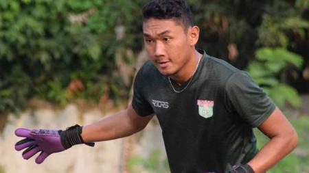 Kiper klub Liga 1 Persita Tangerang, Yogi Triana melakukan perubahan posisi bermain yang ekstim saat laga uji coba lawan Selebritis FC, empat hari lalu. - INDOSPORT
