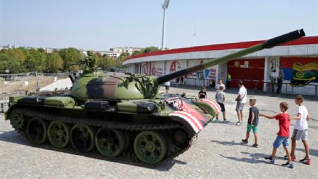 Fans Red Star Belgrade membawa tank ke stadion jelang laga kualifikasi Liga Champions melawan Young Boys, Rabu (28/08/19) WIB. - INDOSPORT