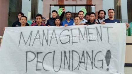 Suporter Persegres Ultrasmania yang mendukung pemain Persegres di PN Gresik, Selasa (27/8/19). - INDOSPORT