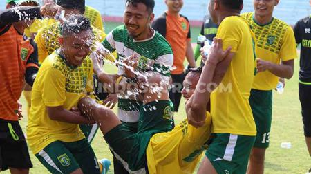 Abu Rizal Maulana dijahili beberapa pemain Persebaya saat merayakan ulang tahun, Selasa (27/8/19). - INDOSPORT