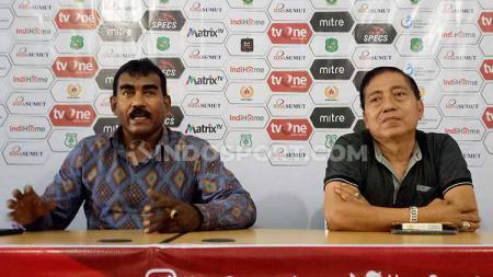 Sekertaris klub PSMS, Julius Raja (kiri) dan Anda Dalimunthe (kanan), saat memberikan klarifikasi terkait insiden awak media, Selasa (27/8/19). - INDOSPORT