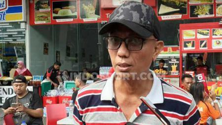 Sanusi, salah satu pendukung PSM Makassar sempat ragu menggunakan jersey klub kesayangannya saat menonton langsung ke GBK. - INDOSPORT