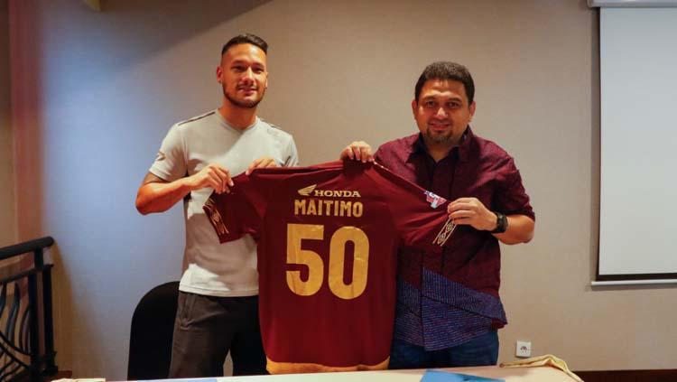 Raphael Maitimo (kiri) bersama CEO PSM Munafri Arifuddin, saat diresmikan menjadi pemain baru Juku Eja. Copyright: Media PSM