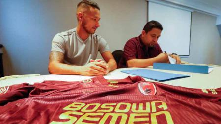Raphael Maitimo (kiri) bersama CEO PSM Munafri Arifuddin, saat diresmikan menjadi pemain baru Juku Eja. - INDOSPORT