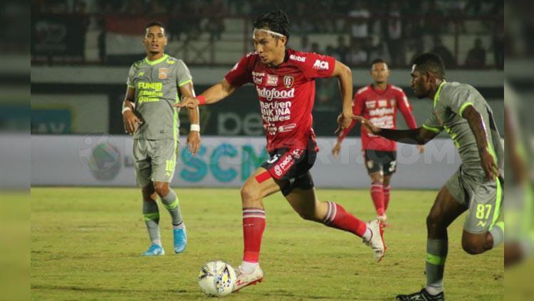 Michael Orah dibayangi pemain lawan pada laga Bali United vs Borneo FC di Liga 1 2019, Rabu (28/08/19). Copyright: Nofik Lukman Hakim/INDOSPORT
