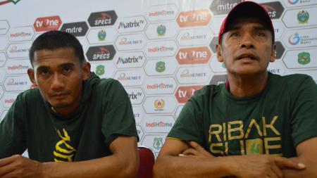 Pelatih PSMS Medan, Abdul Rahman Gurning (kanan) didampingi pemainnya, Legimin Raharjo (kiri), dalam temu pers usai pertandingan, Rabu (28/8/2019). - INDOSPORT