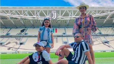 Keluarga Krisdayanti dan Raul Lemos saat berkunjung ke markas Juventus. - INDOSPORT