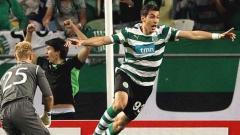 Indosport - Pemain yang dirumorkan ke Persija, Alexandre Reame Xandao, saat membobol gawang Manchester City yang dijaga Joe Hart.