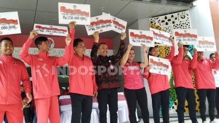 Leani Ratri Oktila, pemain para bulutangkis Indonesia menerima apresiasi dari Kemenpora bersama atlet lainnya. - INDOSPORT