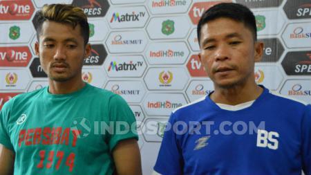 Pelatih Persibat Batang, Bona Simanjuntak (kanan) dan pemainnya, Dani Marvelous (kiri), dalam temu pers usai pertandingan, Rabu (28/8/2019). (Foto: Aldi Aulia Anwar/INDOSPORT) - INDOSPORT