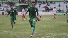 Indosport - Striker anyar PSMS Medan, Tri Handoko, saat selebrasi usai cetak gol ke gawang Persibat Batang. (Foto : Aldi Aulia Anwar/INDOSPORT)