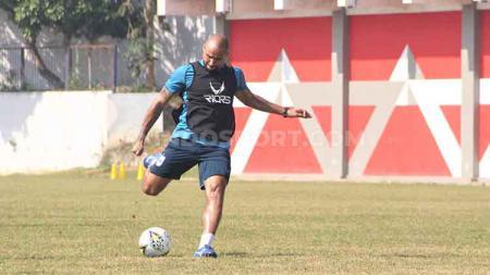 Claudir Marini Jr. saat melakukan latihan terakhir bersama PSIS sebelum berangkat ke markas Arema FC dalam lanjutan Shopee Liga 1 2019. - INDOSPORT