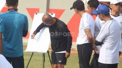Indosport - Pelatih PSIS Bambang Nurdiansyah ketika memberi arahan ke para pemain.