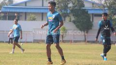 Indosport - Finky Pasamba, salah satu pemain klub Liga 1, PSIS Semarang.