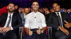 Indosport - Lionel Messi (kiri), Cristiano Ronaldo (tengah) dan Virgil Van Dijk (kanan), saat duduk bersama dalam suasana drawing Liga Champions 2019/20.