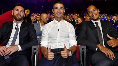 Lionel Messi (kiri), Cristiano Ronaldo (tengah) dan Virgil Van Dijk (kanan), saat duduk bersama dalam suasana drawing Liga Champions 2019/20. - INDOSPORT