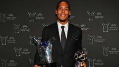 Indosport - Virgil Van Dijk memegang trofi penghargaan pemain terbaik Eropa versi UEFA tahun 2019.