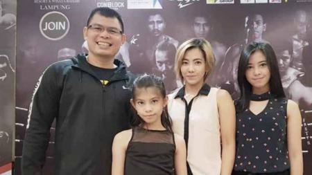 Potret kebersamaan Chris John bersama sang istri, Anna Maria Megawati dan kedua putri cantiknya, Luna dan Rosa. - INDOSPORT