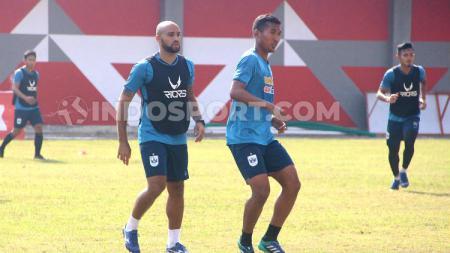 Pemain seleksi M. Tegar Pribadi saat memberi penjagaan kepada pemain PSIS, Claudir Marini Jr. - INDOSPORT