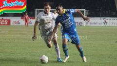 Indosport - Pemain anyar Persib Omid Nazari berusaha merebut bola dari pemain PSS Sleman.
