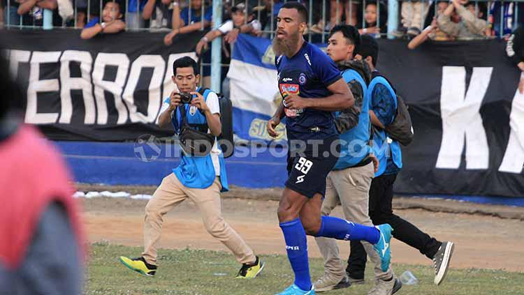 Pemain Arema FC, Sylvano Comvalius saat melakukan selebrasi setelah cetak gol. Copyright: Ian Setiawan/INDOSPORT
