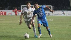 Gelandang Persib, Omid Nazari berduel dengan pemain PSS Sleman, Guilherme Batata.
