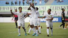 Indosport - Selebrasi pemain Persebaya Surabaya usai membobol gawang Bhayangkara FC.