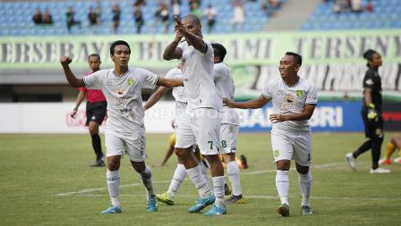 Selebrasi pemain Persebaya Surabaya usai membobol gawang Bhayangkara FC.