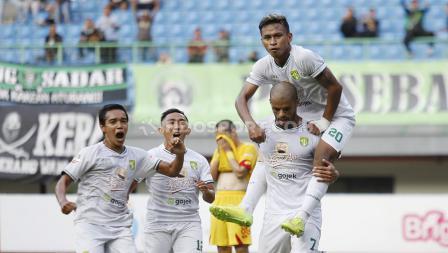 Pemain Persebaya Surabaya merayakan gol yang dicetak David da Silva