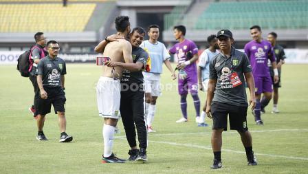 Bejo Sugiantoro memeluk para pemain Persebaya Surabaya yang sukses mengalahkan Bhayangkara FC