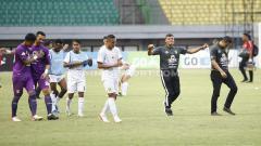 Indosport - Ekspresi puas Bejo Sugiantoro (kedua kanan) usai Persebaya Surabaya sukses mencuri 3 poin di kandang Bhayangkara FC di Liga 1 2019 lalu.