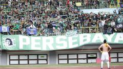 Indosport - Bonek saat menyaksikan laga Persebaya Surabaya di stadion.