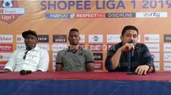 CEO PSM Makassar, Munafri Arifuddin (kanan), memperkenalkan Amido Balde (tengah) yang ditemani agennya Amagou Mathieu (kiri) di Media Center Stadion Andi Mattalatta, Makassar, Sabtu (31/8/19) sore.
