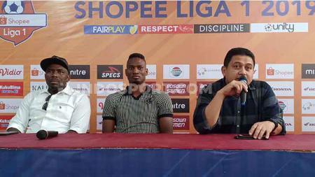 CEO PSM Makassar, Munafri Arifuddin (kanan), memperkenalkan Amido Balde (tengah) yang ditemani agennya Amagou Mathieu (kiri) di Media Center Stadion Andi Mattalatta, Makassar, Sabtu (31/8/19) sore. - INDOSPORT