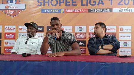 Amido Balde (tengah) resmi diperkenalkan sebagai rekrutan ketiga PSM Makassar pada jendela transfer putaran kedua Shopee Liga 1 2019, Sabtu (31/8/19) sore. - INDOSPORT