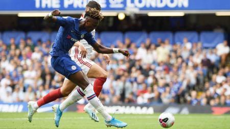 Tammy Abraham berduel dengan pemain lawan pada laga Chelsea vs Sheffield United di Liga Inggris 2019/2020, Sabtu (31/08/19). - INDOSPORT