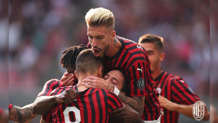 Hakan Calhanoglu merayakan gol pada laga AC Milan vs Brescia di Serie A Italia 2019/2020, Sabtu (31/08/19). Copyright: Twitter/@acmilan