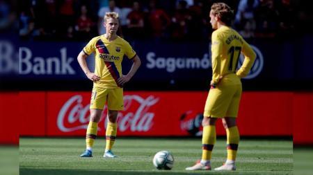 Lesunya Frenkie de Jong (kiri) dan Antoine Griezmann (kanan) pada laga Osasuna vs Barcelona di LaLiga Spanyol 2019/20, Sabtu (31/08/19). - INDOSPORT