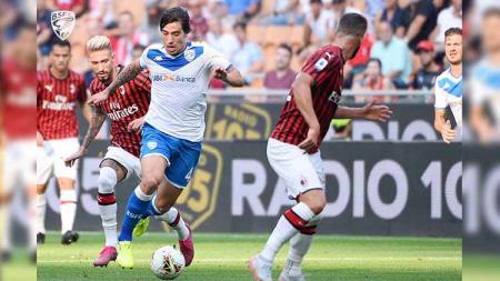 Sandro Tonali berduel dengan pemain lawan pada laga AC Milan vs Brescia di Serie A Italia 2019/2020, Sabtu (31/08/19). - INDOSPORT
