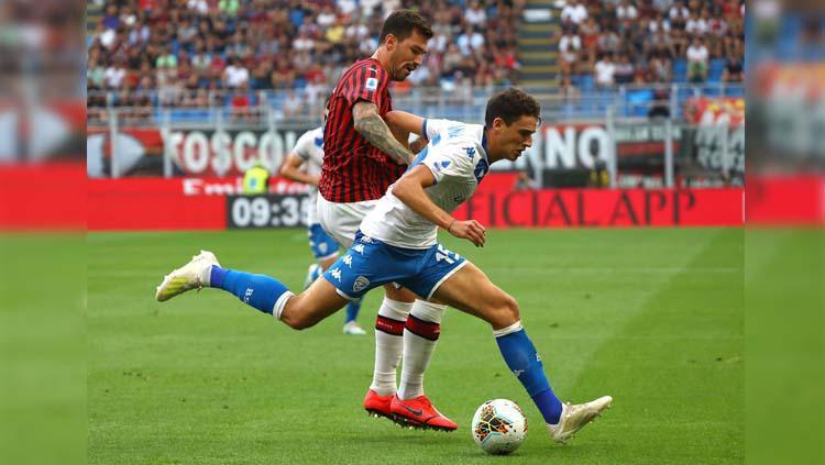 Duel antarpemain pada laga AC Milan vs Brescia di Serie A Italia 2019/2020, Sabtu (31/08/19). Copyright: Twitter/@SuperSportTV