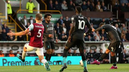 Roberto Firmino (kanan) melepaskan tembakan ke gawang Burnley dalam laga pekan ke-4 Liga Inggris 2019/20, Minggu (01/09/19) dini hari WIB. - INDOSPORT