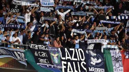 Ultras Lazio saat mendukung tim kesayangannya di Serie A Italia 2019/20. - INDOSPORT