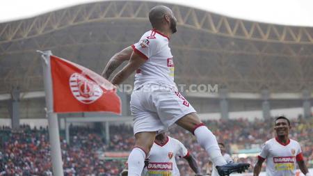 Aksi selebrasi Marquinhos Carioca  usai cetak gol ke gawang Persija Jakarta di menit ke-11 dalam lanjutan Shopee Liga 1 2019 pekan ke-17. - INDOSPORT