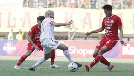 Fachrudin Aryanto berusaha untuk mengamankan bola dari pemain Badak Lampung di Stadion Patriot, Bekasi.