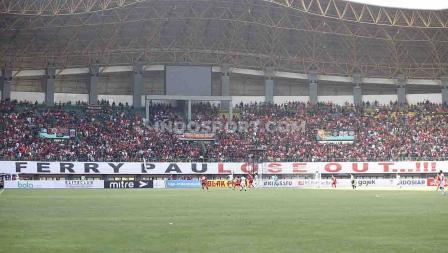 Jakmania membentankan baner yang ditujukan kepada Ferry Paulus dalam laga Persija Jakarta vs Perseru Badak Lampung.