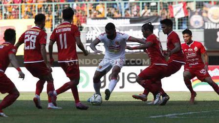 Torres, pemain Badak Lampung berusaha melewati enam pemain Persija Jakarta sekaligus di Stadion Patriot, Bekasi.