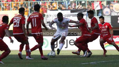 Torres pemain Badak Lampung berusaha melewati enam pemain Persija Jakarta sekaligus. - INDOSPORT